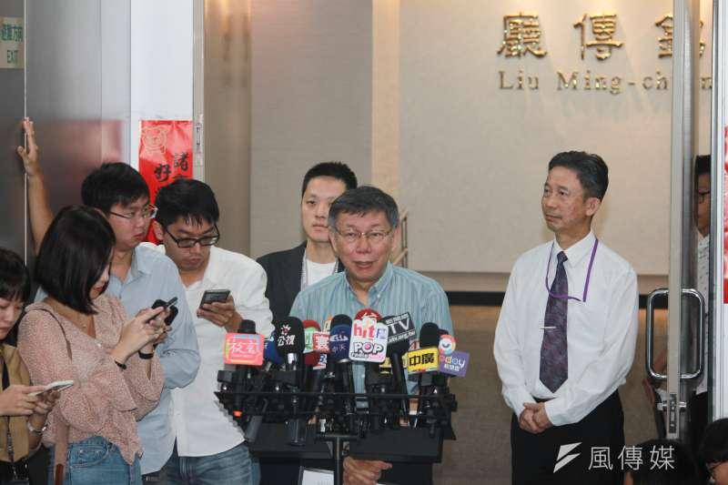 台北市長柯文哲8日受訪時表示,香港為什麼戴口罩,這大家都曉得,就是怕被秋後算帳,他開玩笑說在台北帶口罩是「怕被口水噴到」。(方炳超攝)
