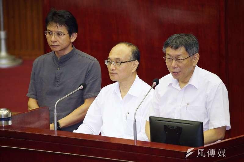 台北市長柯文哲(右)9日前往市議會備詢,不少議員針對至「智慧販賣機」議題質詢。教育局長曾燦金(左)也在旁備詢。(盧逸峰攝)