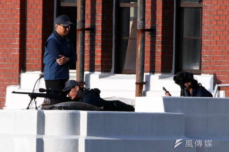 20191010-108年國慶大會,國安局特勤中心在總統府露台部署狙擊手執行反狙擊任務。圖中狙擊手為男性特勤人員。(蘇仲泓攝)