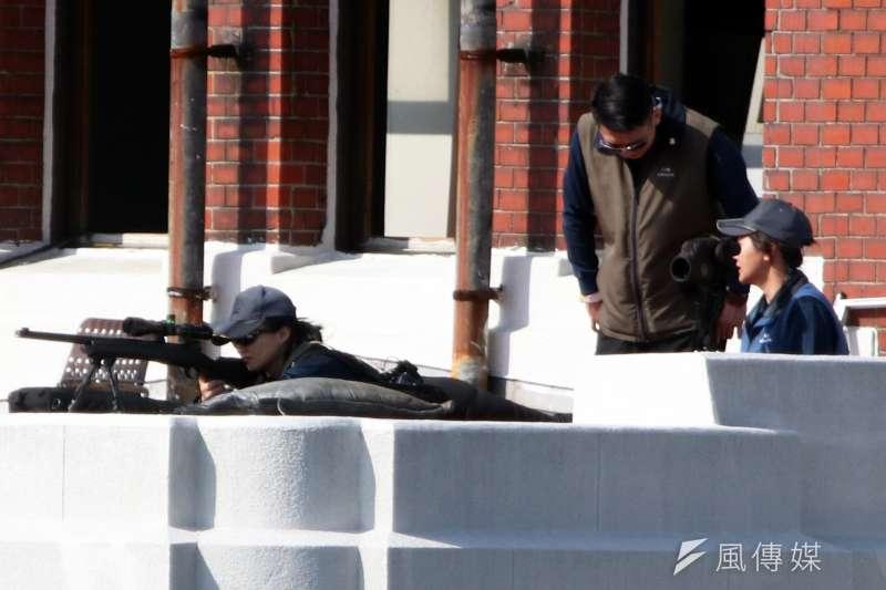 20191010-108年國慶大會,國安局特勤中心在總統府露台部署狙擊手執行反狙擊任務。圖中狙擊手為女性特勤人員。(蘇仲泓攝)