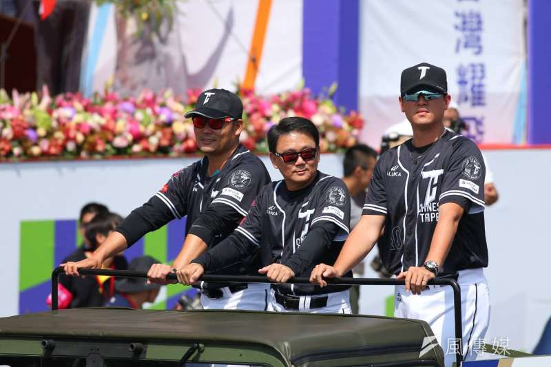 108年度國慶大典10日上午在總統府前舉行,世界12強棒球賽總教練洪一中、投手教練王建民也搭上悍馬車參與遊行。(顏麟宇攝)