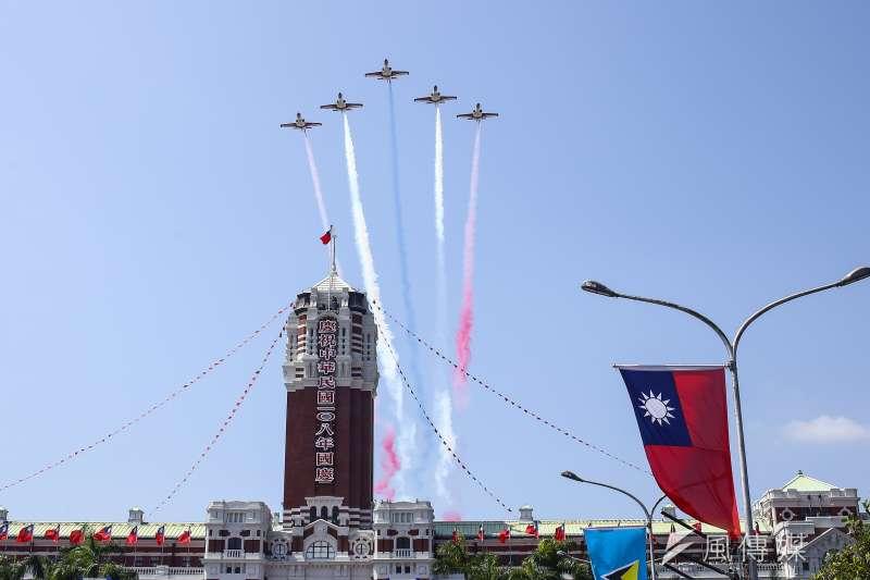 20191010-108年國慶大會10日在總統府前舉行,空軍IDF經國號戰鬥機與AT-3教練機以五機大雁隊形編隊衝場通過。(顏麟宇攝)