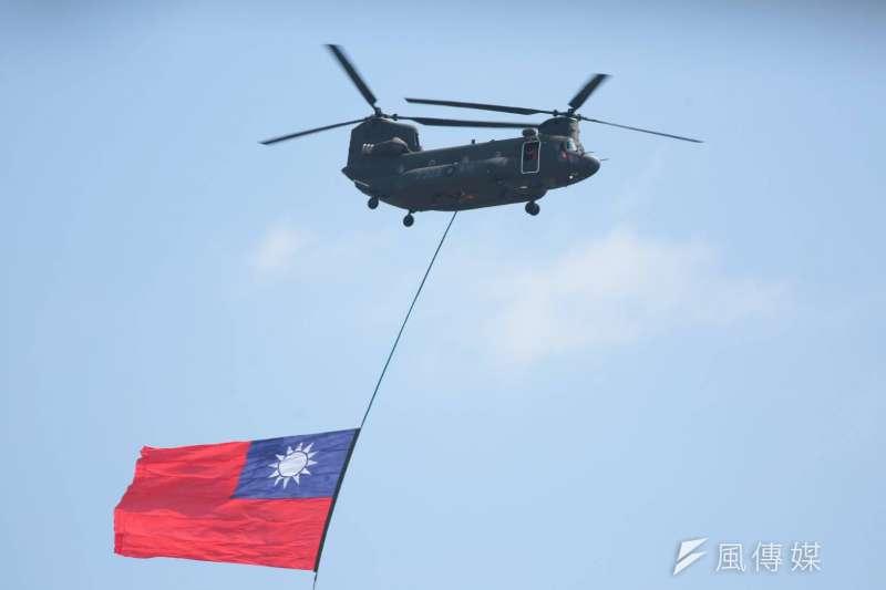 108年國慶大會10日在總統府前舉行,國軍地空操演精銳進出。圖為國歌演唱時,2架陸航CH-47SD運輸直升機,吊掛巨幅國旗進場並飛越觀禮台。(顏麟宇攝)