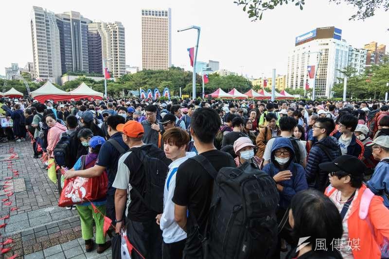 20191010-中華民國108年度國慶升旗暨慶祝活動,許多民眾於市府廣場排隊領取嗡嗡包兌換卷。(簡必丞攝)