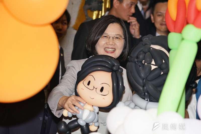 總統蔡英文與氣球肖像合影。(盧逸峰攝)