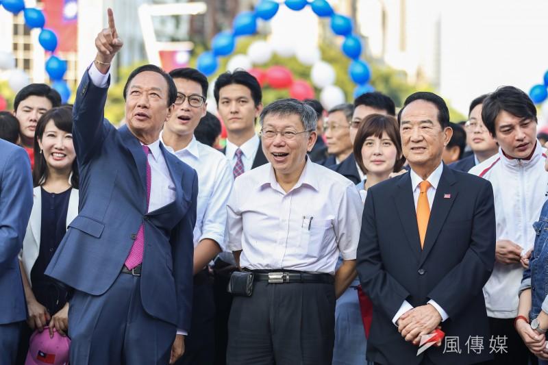 20191010-鴻海創辦人郭台銘(左)、台北市長柯文哲(中)、親民黨主席宋楚瑜(右)10日共同出席中華民國108年度國慶升旗暨慶祝活動。(簡必丞攝)