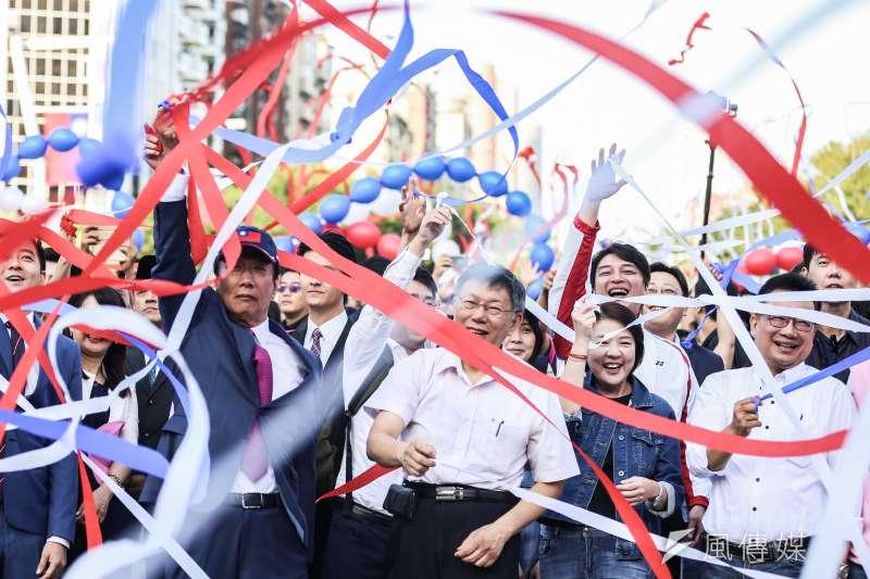 20191010-鴻海創辦人郭台銘(左)、台北市長柯文哲(右)10日出席中華民國108年度國慶升旗暨慶祝活動。(簡必丞攝)