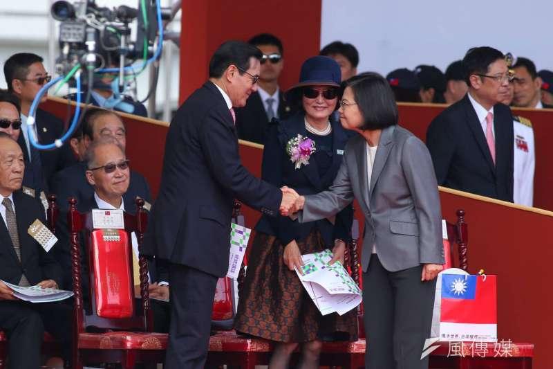 108年國慶大會10日上午於總統府前舉行,前總統馬英九(左)與總統蔡英文(右)握手致意。(顏麟宇攝)