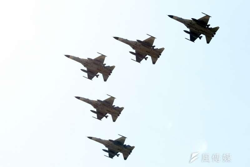 20191010-108年國慶大會,五架IDF經國號戰機編隊衝場,通過府前上空。(蘇仲泓攝)