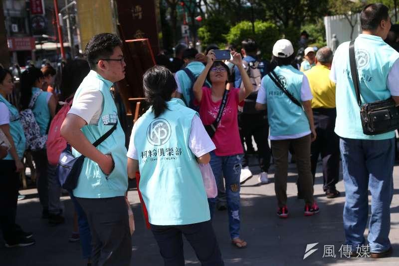 20191011-台北市長柯文哲11日至板橋接雲寺參拜,柯粉俱樂部志工於現場幫忙。(顏麟宇攝)