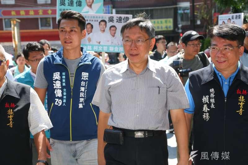 台北市長柯文哲(中)今(13)日在台中市進行一整天參訪及輔選行程,下午還在誠品中友店舉辦簽書會。(資料照,顏麟宇攝)