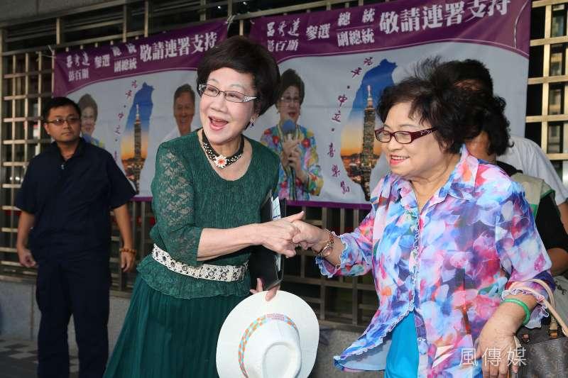 前副總統呂秀蓮(左)12日出席「支持呂秀蓮彭百顯參選連署說明會」並發表演說。圖右為前立委許榮淑。(顏麟宇攝)