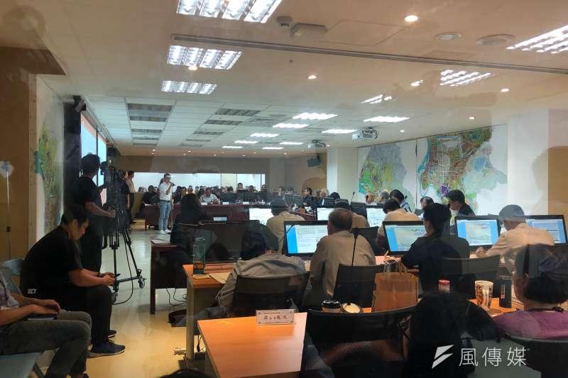 台北市都發局都審會14日進行大巨蛋都審,不少議員到場表達意見。(方炳超攝)