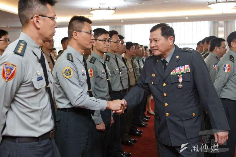 新任政治作戰局長由陸軍政戰主任簡士偉中將(右)升任,14日正式布達。(取自軍聞社)