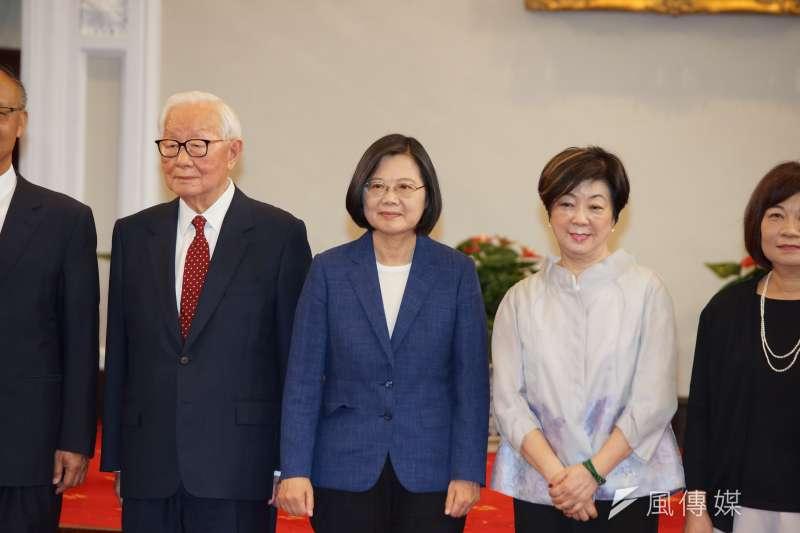 總統府14日召開記者會宣布APEC領袖代表,台積電董事長張忠謀(左起)、蔡英文總統、張忠謀夫人張淑芬出席。(盧逸峰攝)