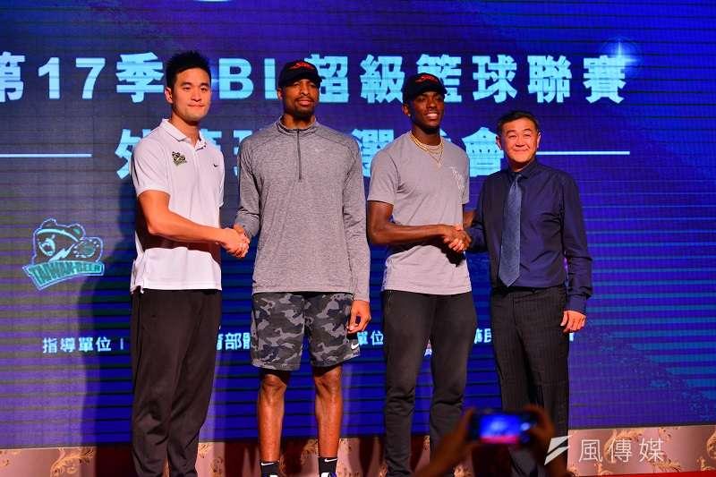 第17季SBL洋將選秀在今(15)日登場,九太科技挑中後衛塞森(右二)、台灣啤酒則選擇了前鋒巴克利(左二)。 (金茂勛攝)