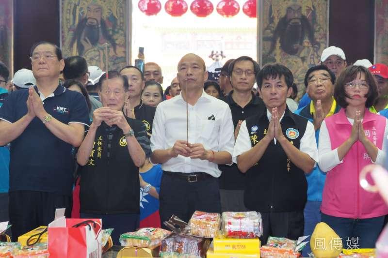 國民黨總統參選人韓國瑜請假第一天,來到屏東縣車城鄉福安宮拜票。(新新聞林瑞慶攝)