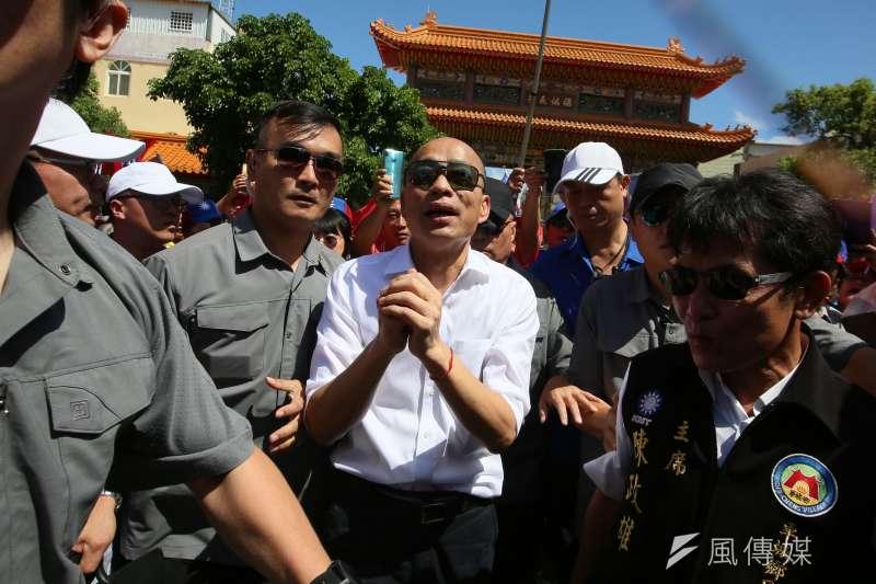 16日是國民黨總統參選人韓國瑜請假拚大選的第一天,來到屏東縣車城鄉福安宮拜票。(林瑞慶攝)