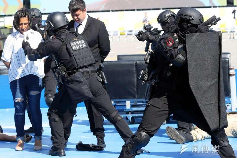 20191016-陸戰特勤隊在今年國慶大會執行反恐演練,過程中像是人質身分確認等細節亦不馬虎,展現單位嚴謹確實的一面。(蘇仲泓攝)