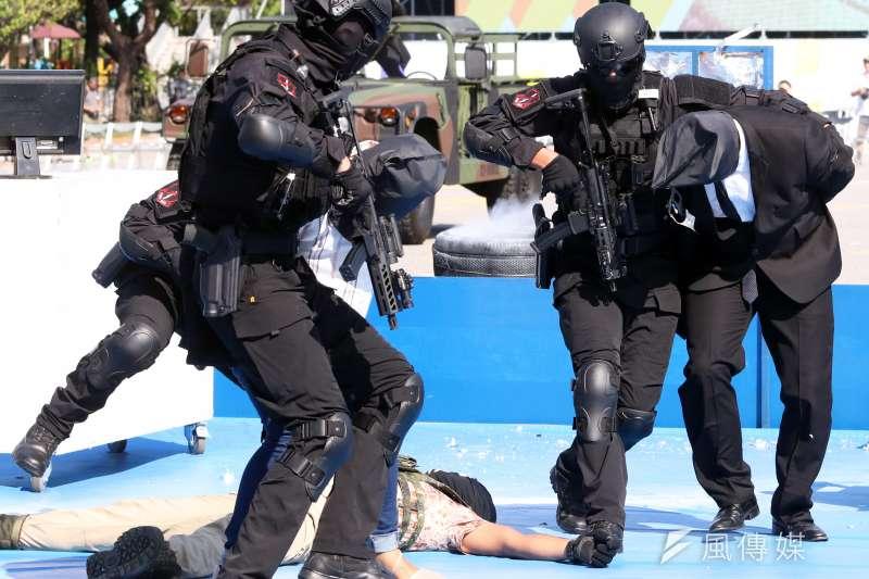 陸戰特勤隊是外界俗稱的「黑衣部隊」,在今(2019)年國慶大會擔綱執行反恐操演的單位,特勤隊以3個假想場景展開攻堅營救任務。(蘇仲泓攝)