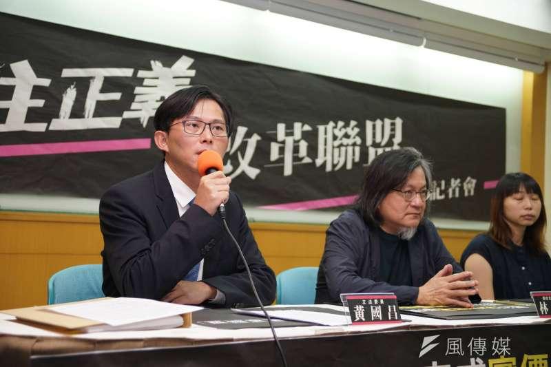 立委黃國昌(左)16日舉行「居住正義改革聯盟」成立記者會,台北市前都發局長林洲民(右)也一同出席,並針對台北大巨蛋一案做出說明。(盧逸峰攝)