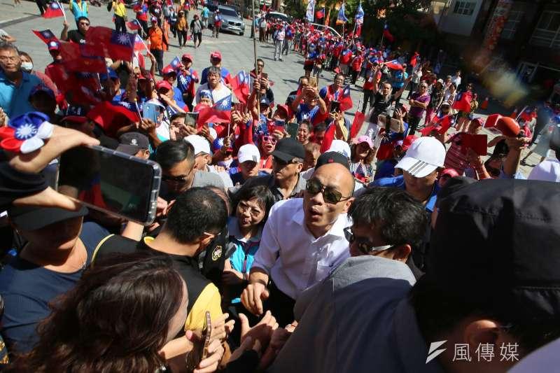高雄市長韓國瑜請假第一天,來到屏東縣車城鄉福安宮拜票。(新新聞林瑞慶攝)