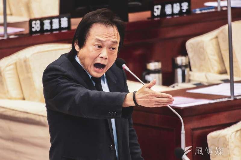 對於行政院推出的振興券,民進黨台北市議員王世堅(見圖)砲轟,如果行政院和人民計較那3000元,那就是「沒出息」、「把人民當賊」。(資料照,簡必丞攝)