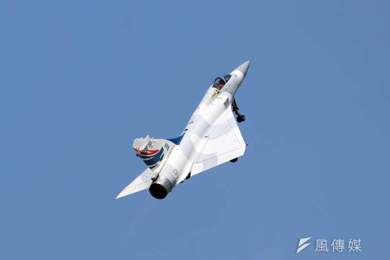 20191017-空軍台南基地周六舉行營區開放,今天舉行全兵力預校。圖為幻象2000戰機帶來精彩動態飛行展示。(蘇仲泓攝)