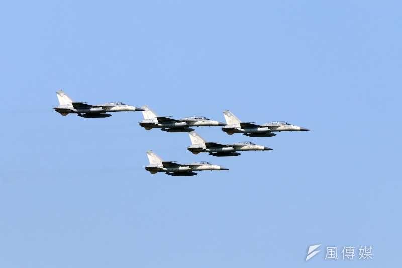 20191017-空軍台南基地周六舉行營區開放,今天舉行全兵力預校。圖為活動一開始首先由五架IDF經國號戰機以大雁隊形編隊通過會場上空。(蘇仲泓攝)