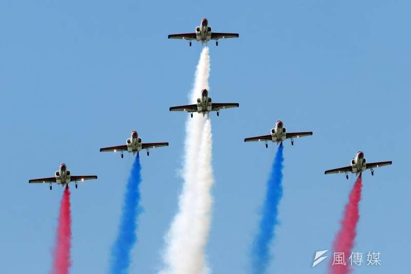 空軍台南基地周六舉行營區開放,17日舉行全兵力預校。圖為空軍雷虎特技小組帶來精彩特技飛行演出。(蘇仲泓攝)