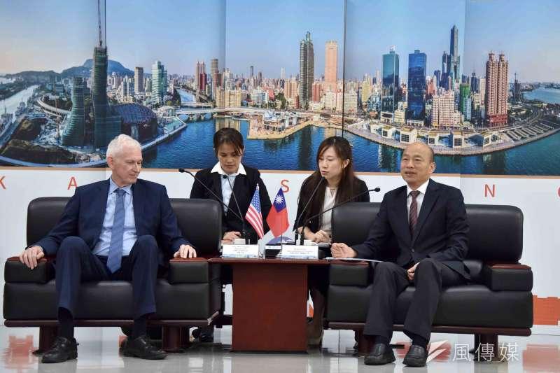 高雄市長韓國瑜(前右)為與莫健(前左)會面,特地銷假半天返回高雄市政府。(圖/徐炳文攝)