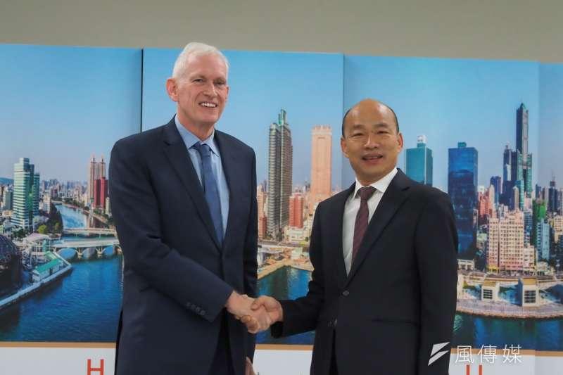 高雄市長韓國瑜(右)18日上午於高雄市政府,與美國在台協會(AIT)主席莫建(左)進行會晤,韓並告知表示近期無法訪美。(林瑞慶攝)