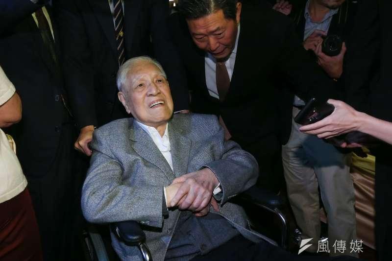 前總統李登輝因喝牛奶嗆到,咳不停、且咳得很急,為防止吸入性肺炎,送至台北榮總檢查,醫師建議留院觀察。(資料照片,顏麟宇攝)