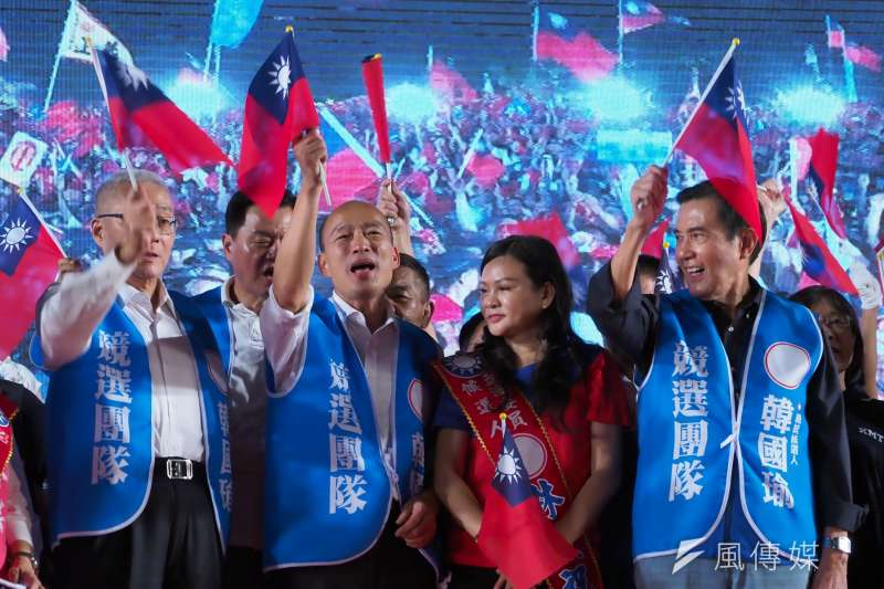 國民黨總統參選人韓國瑜再次確認以九二共識處理未來的兩岸關係。圖為韓國瑜與國民黨主席吳敦義、前總統馬英九及前主席洪秀柱在台上擁抱宣誓團結。(新新聞林瑞慶攝)