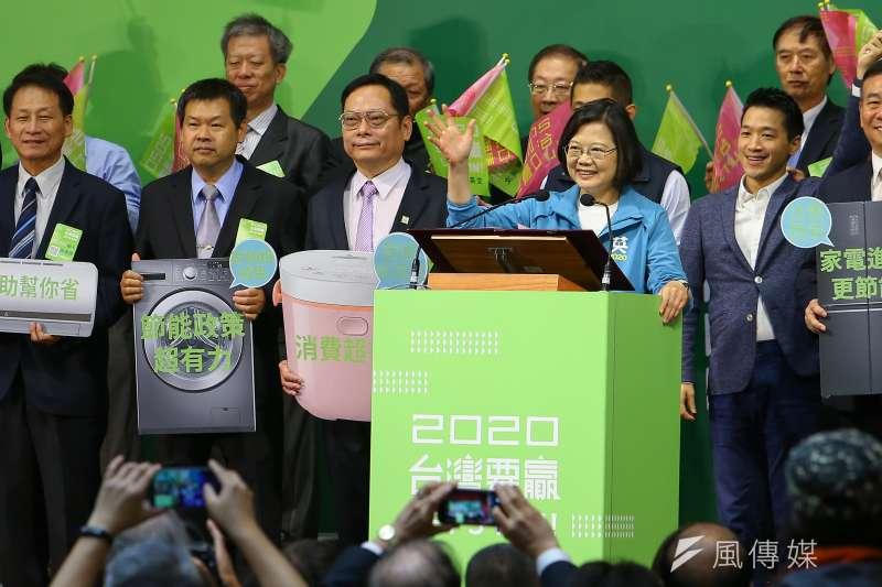 全國電器業界後援會成立大會19日舉行,總統蔡英文出席,並喊出「總統當選、國會過半」的目標。(顏麟宇攝)
