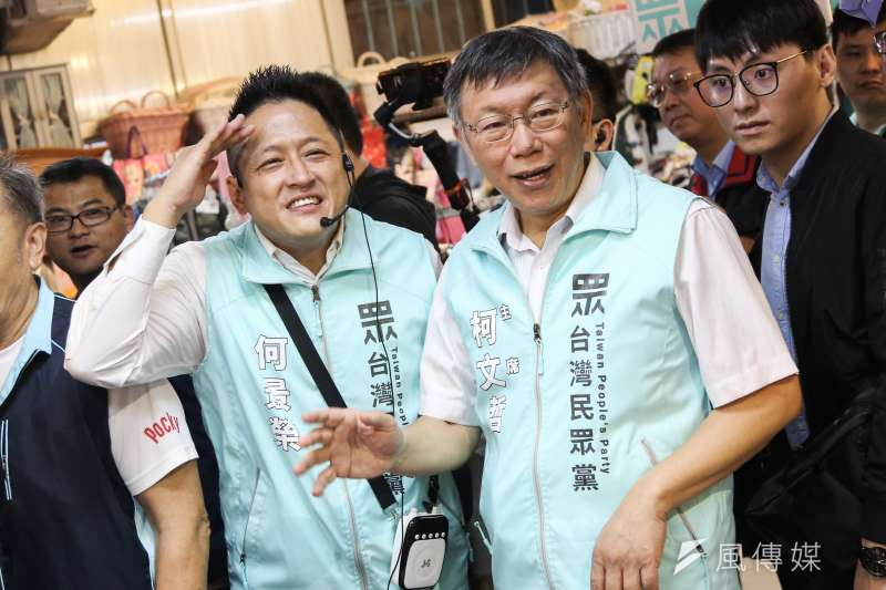 20191019-台灣民眾黨主席柯文哲(右)陪同區域立委候選人何景榮(左)掃街松江市場。(簡必丞攝)