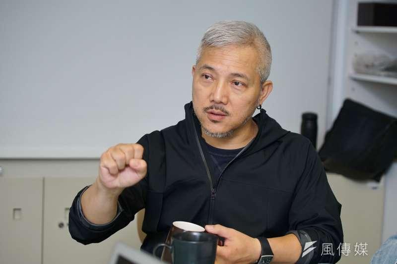 擊樂劇場《泥巴》15日接受風傳媒專訪,導演李小平表示相信每個人都能從其中,建立對台灣的人文記憶。(盧逸峰攝)