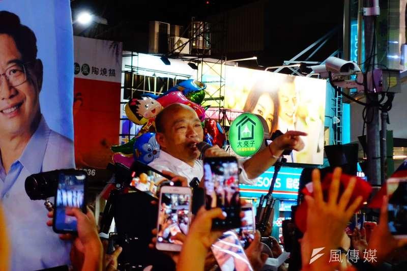 韓國瑜(見圖)20日晚上在嘉義市文化公園舉辦晚會,他向大家保證不會追逐權力,不會追求個人幸福,一定帶大家走向「台灣安全、人民有錢」的道路。(羅暐智攝)