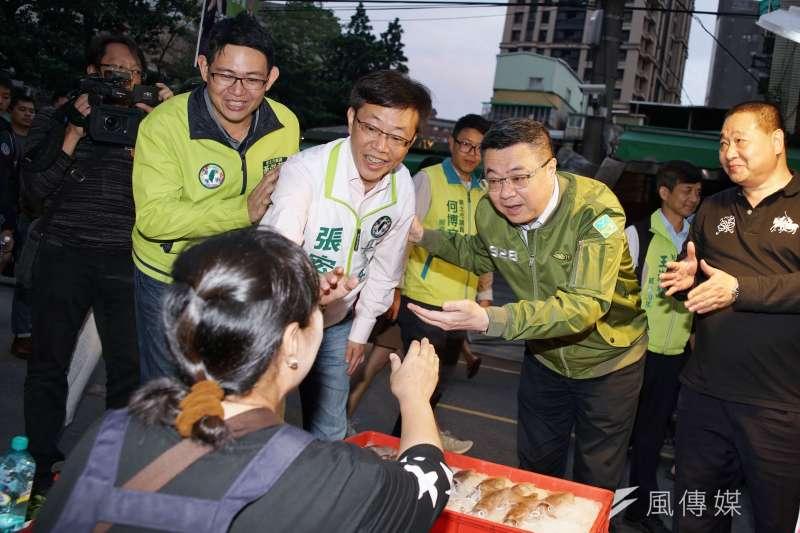 20191021-民進黨主席卓榮泰於21日陪同立委張宏陸在板橋華江市場掃街。(盧逸峰攝)