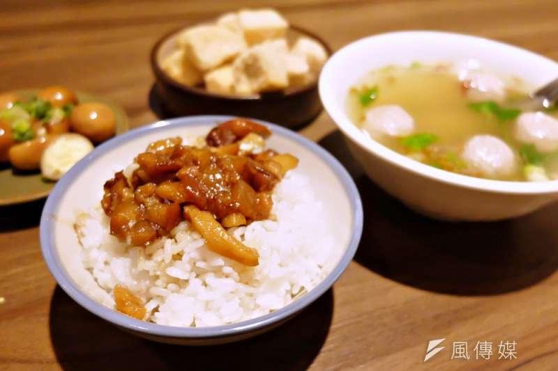 台灣人願意為了一碗300元的濃厚高湯日本拉麵瘋狂排隊,面對一碗30元的滷肉飯卻時常嚴苛,似乎「小吃」就是上不了檯面,然而台灣小吃的工夫真不如異國料理嗎?(謝孟穎攝)