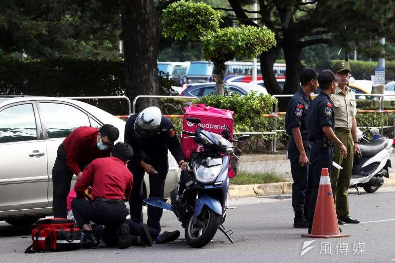 20191022-上午在總統府旁發生一起車禍,一名騎機車的Food Panda外送員與車輛發生碰撞,雙方車輛皆有損傷,外送員送醫。(蘇仲泓攝)