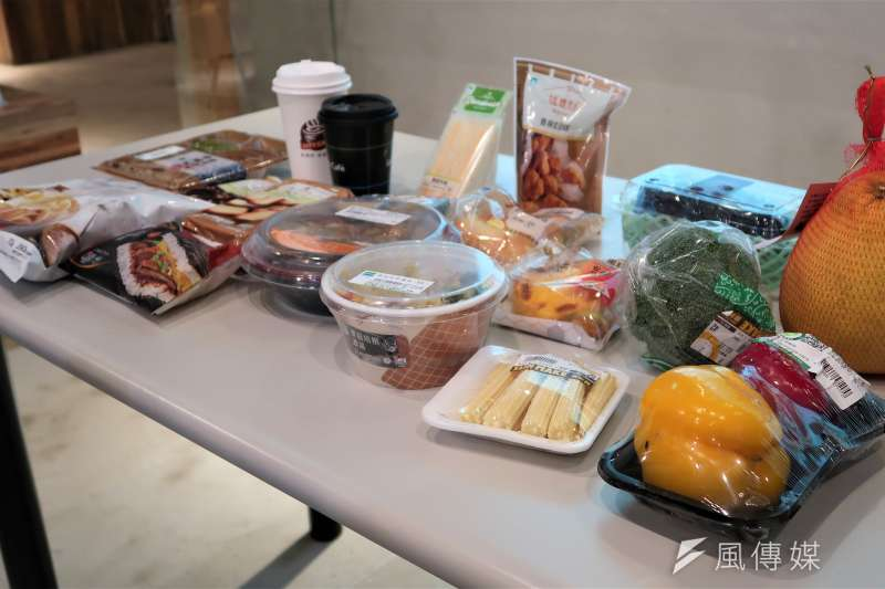 綠色和平調查發現,全台10大零售通路中77%的產品有塑膠包裝,而六都民眾每周從這些零售通路可能買回超過2.2億件塑膠,數量相當驚人。(朱冠諭攝)