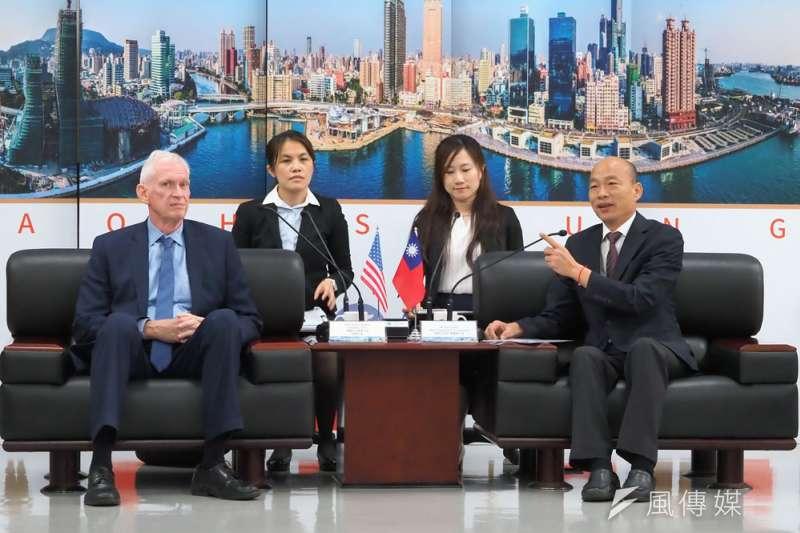 AIT主席莫健(左一)拜會高雄市政府,韓國瑜(右一)當面告知取消訪美行程。(林瑞慶攝)