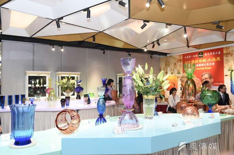 水晶作品具有豐富的色調、卓越的雕工,以及大大小小、高高低低、多種組合層次的樣貌,全方位展現摩瑟水晶花瓶眾多舉世無雙的特質。(圖/徐炳文攝)