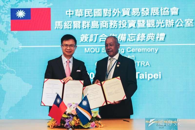 20191025-中華民國對外貿易發展協會董事長黃志芳(左)與馬紹爾群島商務部長莫塔若(右)25日簽署合作備忘錄。(簡必丞攝)
