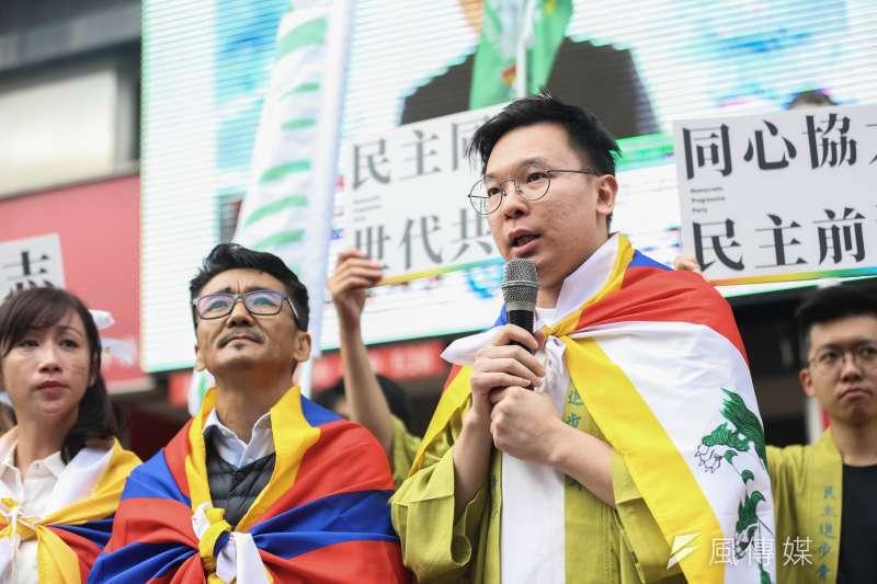 20191026-民進黨副秘書長林飛帆(右)26日出席「同志好厝邊 Together, Make Taiwan Better」遊行,並邀請西藏台灣人權連線理事長札西・慈仁(左)同行。(簡必丞攝)