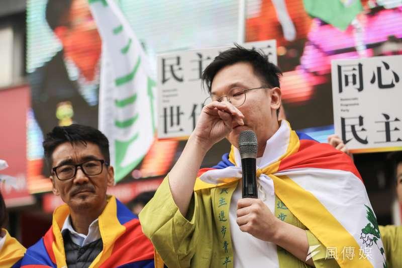 民進黨副秘書長林飛帆(右)26日出席同志遊行,提到台北市長柯文哲稱藏人自焚造成「中共困擾」時,不禁哽咽。(簡必丞攝)