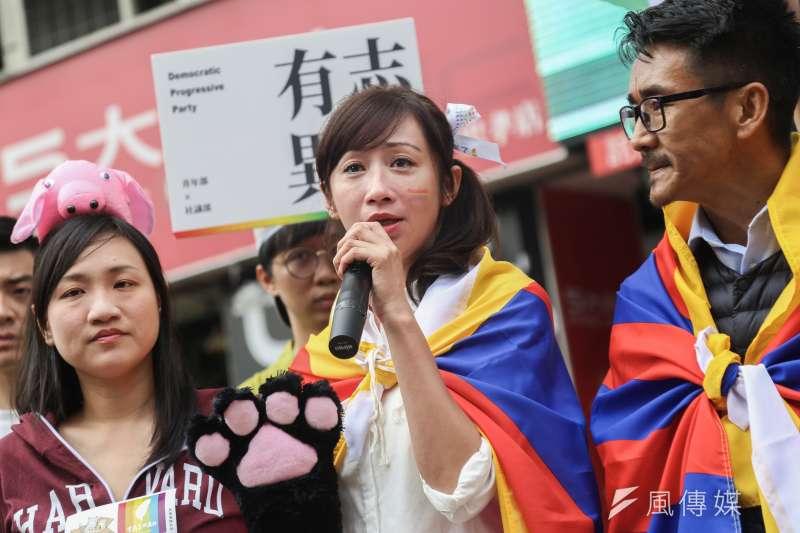 20191026-立委參選人許淑華26日出席「同志好厝邊 Together, Make Taiwan Better」遊行,並邀請西藏台灣人權連線理事長札西・慈仁(左)同行。(簡必丞攝)