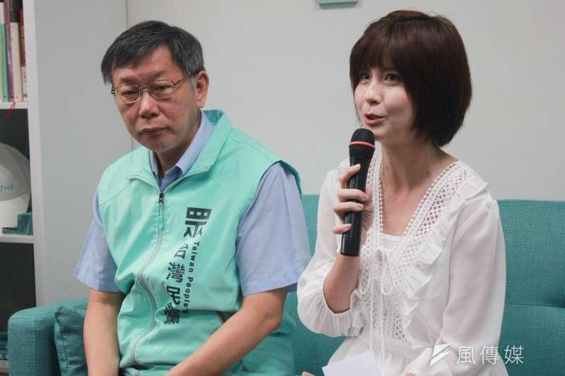 台灣民眾黨主席、台北市長柯文哲(左)26日上午前往信義區,參加黨籍立委參選人蔡宜芳(右)競選辦公室開幕。(方炳超攝)
