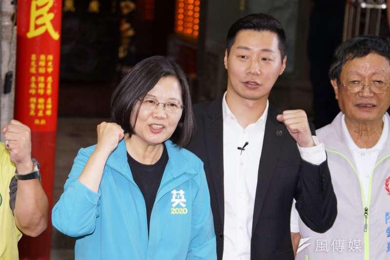 總統蔡英文(左)27日陪同立委林昶佐(右)參拜廣照宮,並呼籲選民支持林昶佐。(盧逸峰攝)